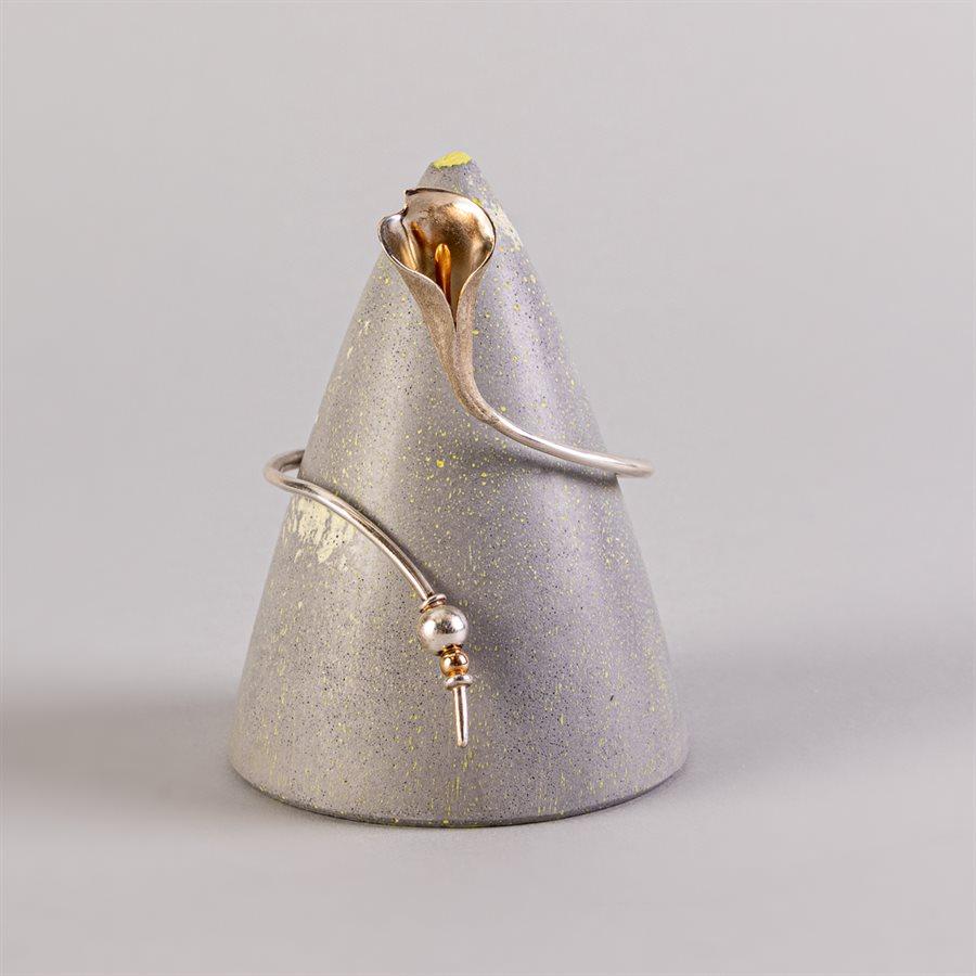 Cône de présentation pour bijoux en béton, gris et vert
