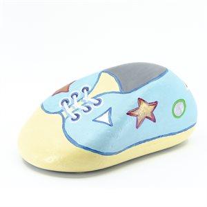 Roche peinte en soulier de bébé pouvant servir d'arrêt de porte
