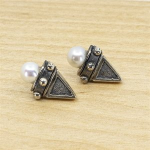 Sterling silver and pearl earring