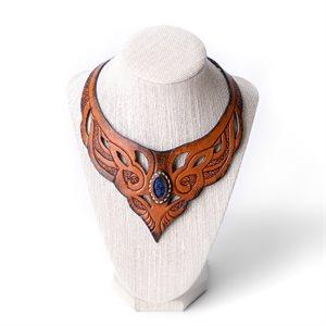 Collier en cuir repoussé et pierre semi-précieuse