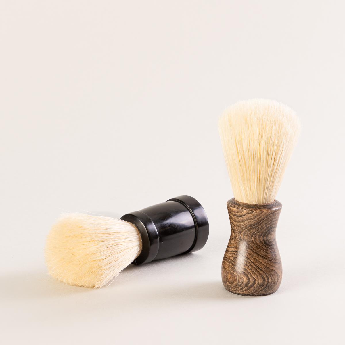 2 modèles de blaireaux pour la barbe fait à la main par l'artiste québécois Attila Hrubos