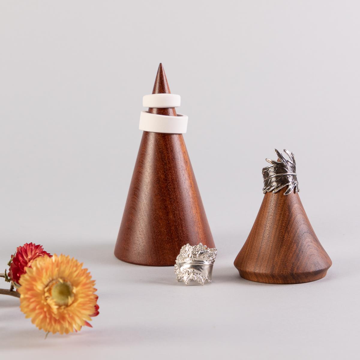 Cône de présentation à bijoux en bois, fait à la main, au Québec. Disponible en 2 formats