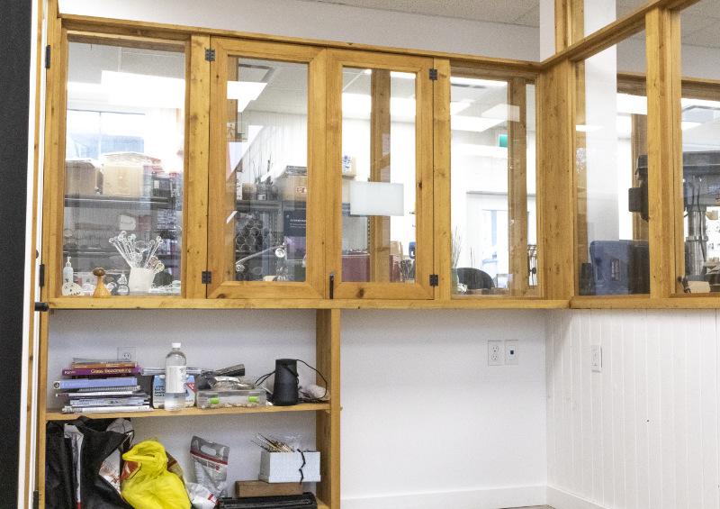 Vu du grand comptoir de rangement dans l'atelier d'artiste à louer