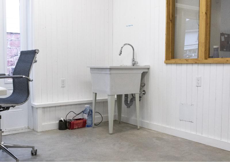 Vu du grand lavabo dans l'atelier à louer