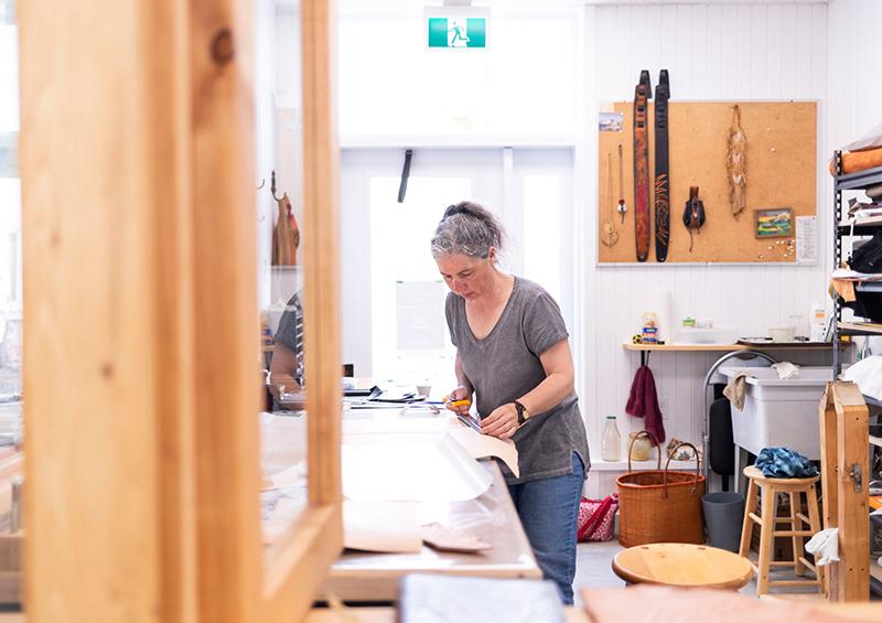 Artiste à l'oeuvre dans son atelier ouvert au public